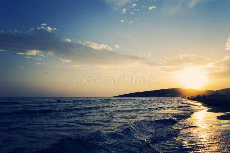 海的含沙海岸线的美丽的射击有惊人的日落的在背景中 免版税库存图片