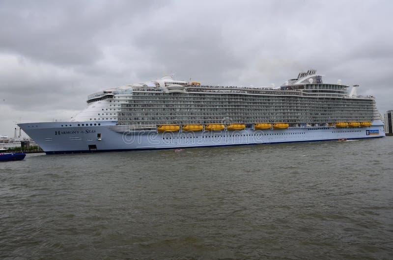 海的和谐离开鹿特丹的世界的最大的游轮 库存照片