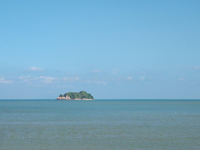 海的天际的孤立海岛 库存照片