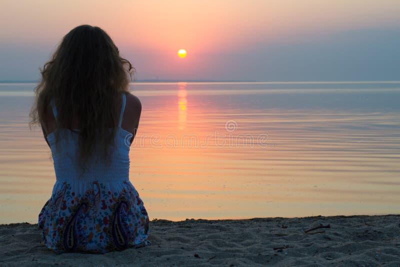 海的女孩日落的 图库摄影