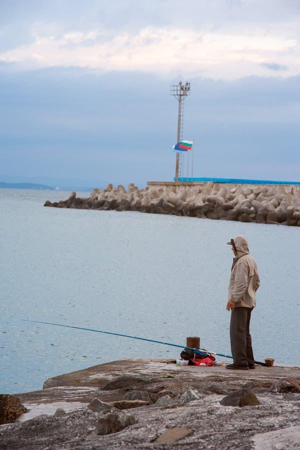 黑海的岸的渔夫 免版税库存照片