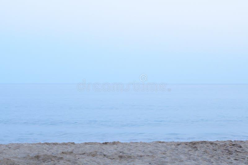 海的平安的看法海滩的反对清楚的天空蔚蓝 库存照片