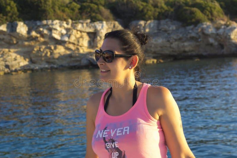 海的年轻女人 免版税库存照片