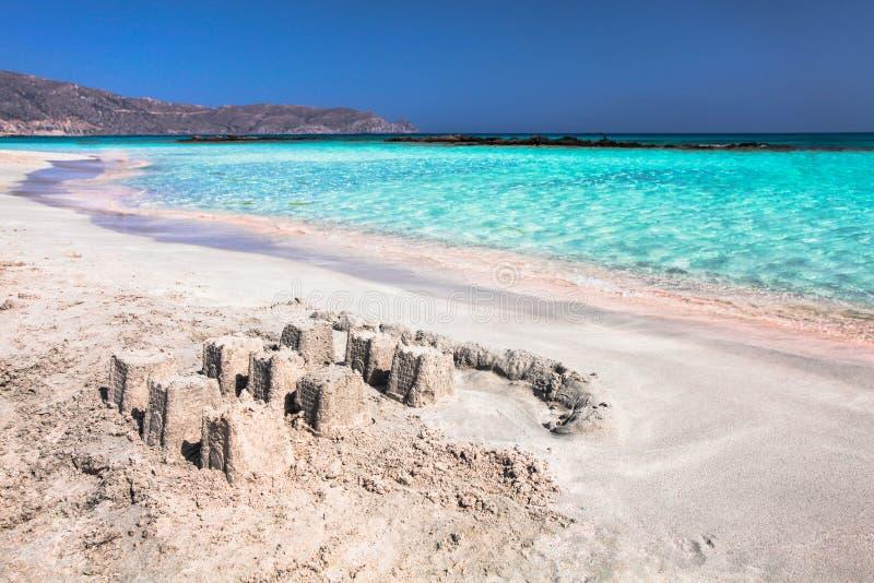 海的波浪桃红色沙子的和与沙子的美丽的海滩防御 克利特海岛海岸在希腊 免版税图库摄影