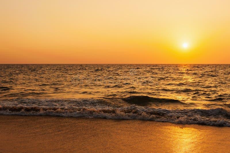 海的海滩日落 库存照片