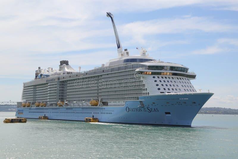 海的皇家加勒比游轮热烈的欢迎在奥克兰港口 库存图片
