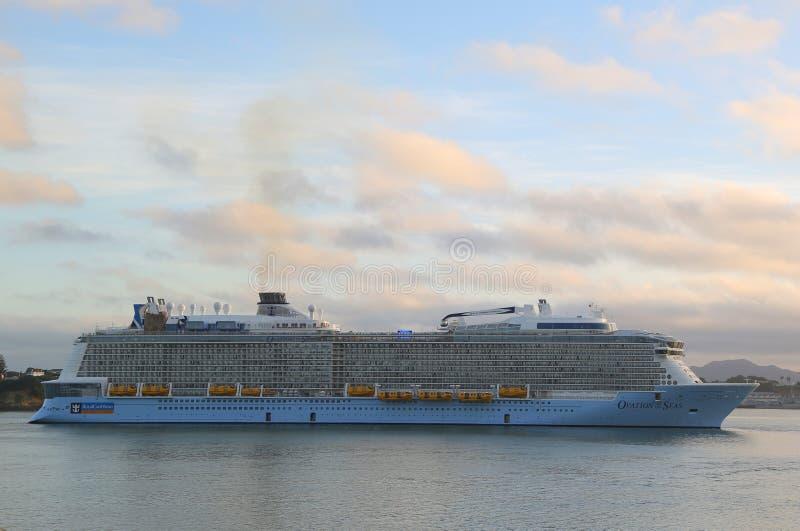 海的皇家加勒比游轮热烈的欢迎在奥克兰港口 库存照片
