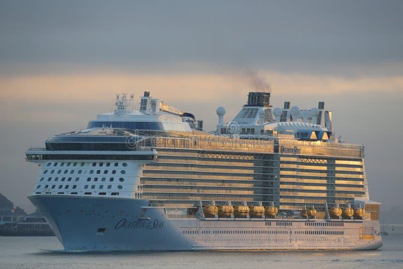 海的皇家加勒比游轮热烈的欢迎在奥克兰港口 图库摄影