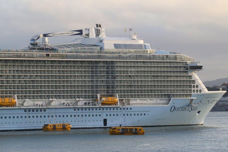 海的皇家加勒比游轮热烈的欢迎在奥克兰港口 免版税库存图片