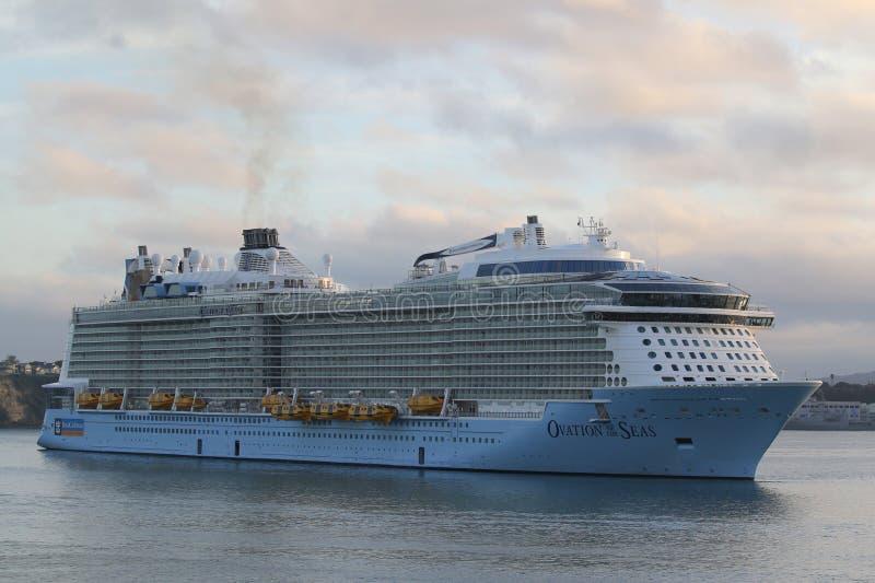 海的皇家加勒比游轮热烈的欢迎在奥克兰港口 免版税库存照片