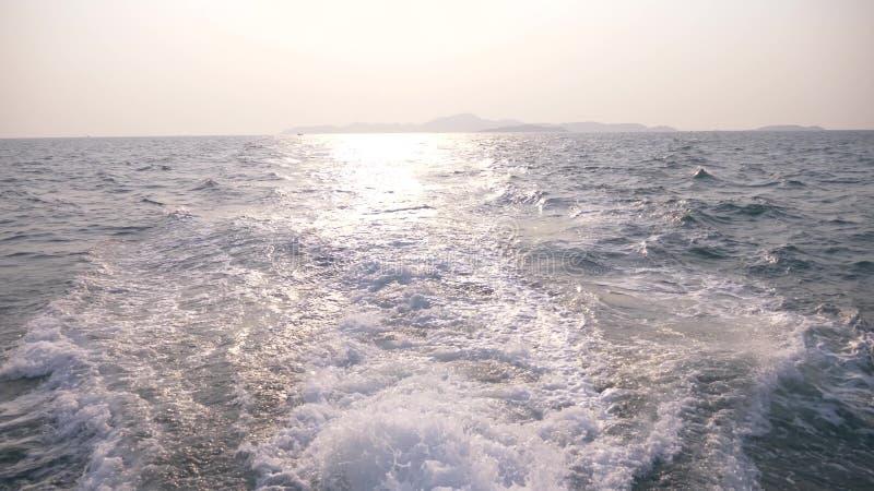 海的看法从船的 从海岛的船风帆日落的 蓝蓝 库存照片