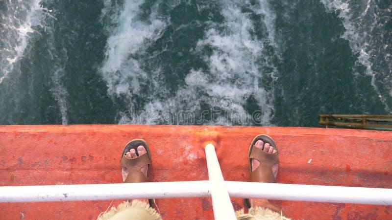 海的看法从船的 从海岛的船风帆日落的 库存图片