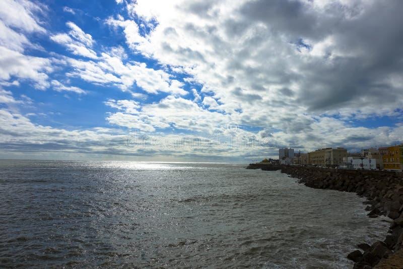 海的看法有云彩的在卡迪士,西班牙在安大路西亚园地del苏尔 库存图片
