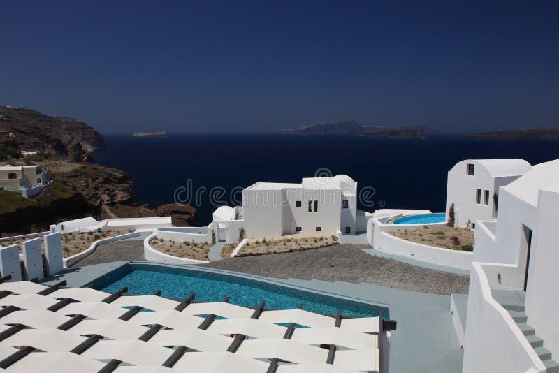 海的美丽的景色在圣托里尼海岛上的一家旅馆里  免版税库存照片
