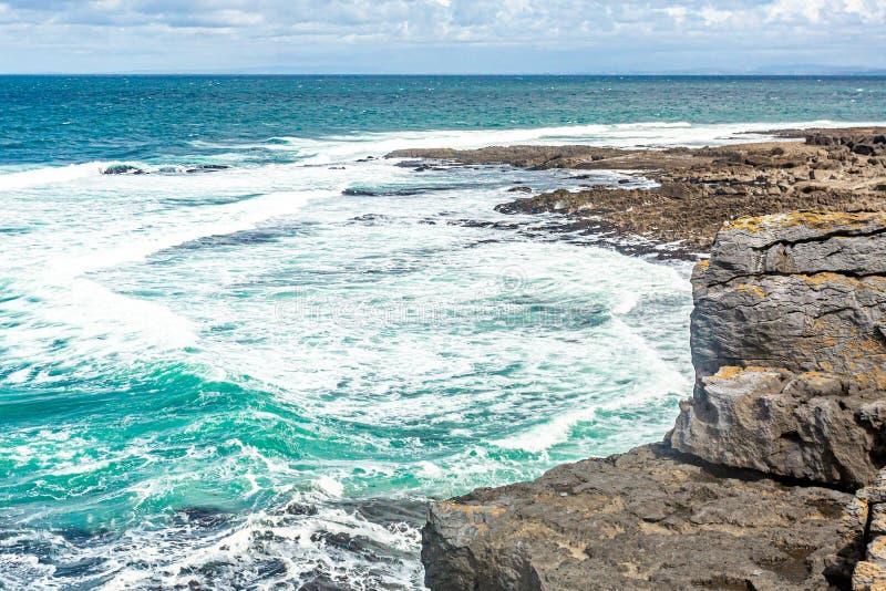 海的美丽的景色用它的从Bothar nA hAillite的镇静水 免版税库存图片