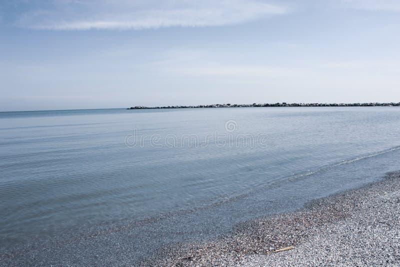 海的美丽的景色用沙子和清楚的水 免版税库存图片