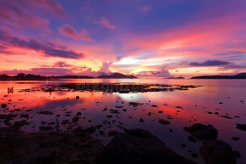 海的美好的风景日落或日出剧烈的天空视图 免版税库存照片