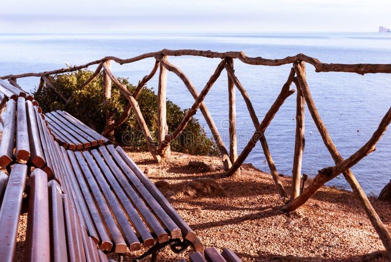 海的长凳前面 库存照片