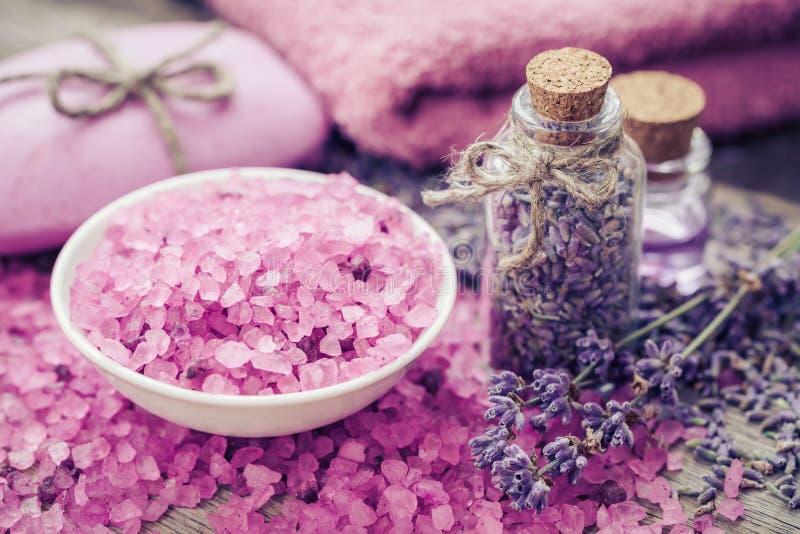 海盐、干淡紫色、精油和淡紫色花 免版税库存照片