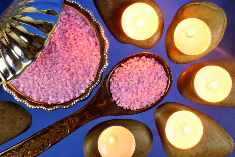 海盐治疗,在石头温泉治疗,一种健康生活方式的蜡烛 浴的海盐,养育与自然的皮肤 图库摄影