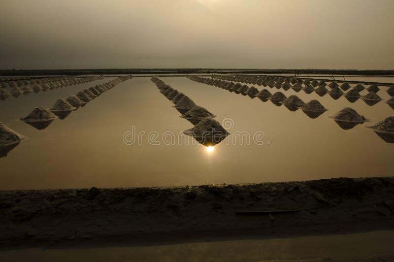 海盐蒸发池塘在Petchaburi,泰国 免版税库存图片