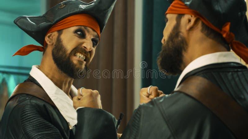 海盗服装的人排练场面的 库存照片