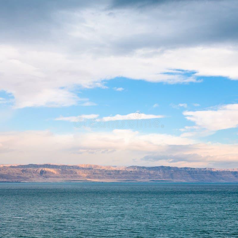 死海看法从约旦岸的在日出 免版税库存照片