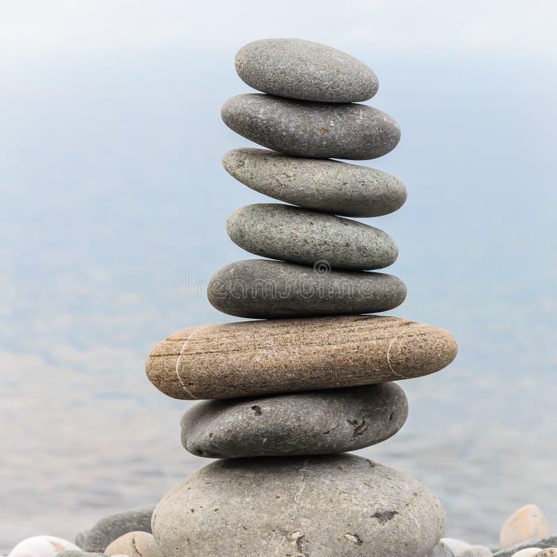 海石头金字塔在海岸的小卵石的 ?? 平衡和灵性的概念 库存照片