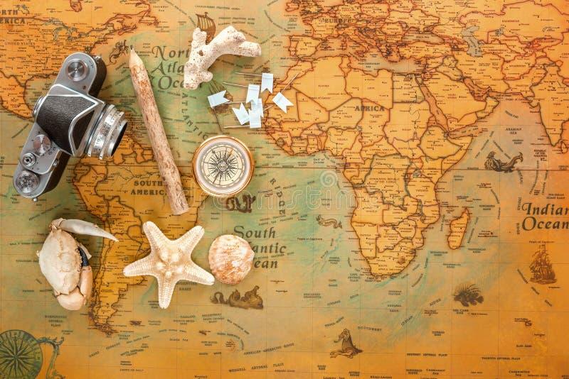海纪念品捉蟹,海星、壳、老照相机、木铅笔和指南针谎言在葡萄酒卡片 库存图片
