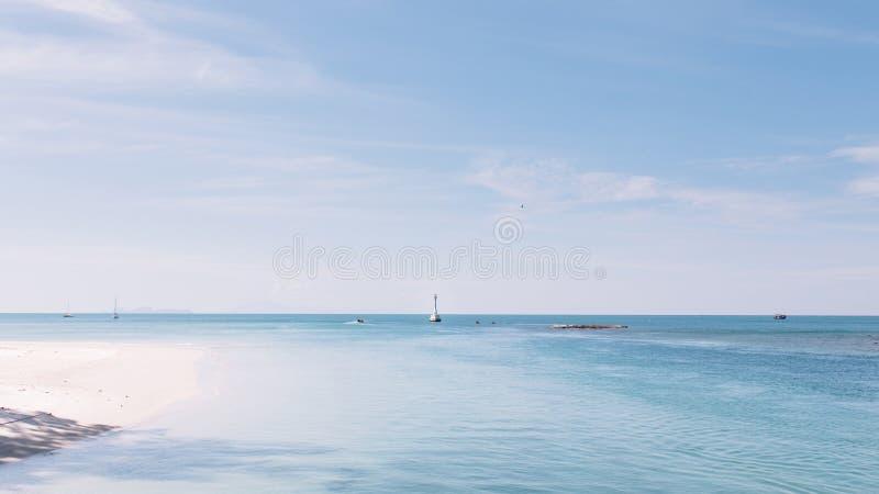 海美丽的景色与小灯塔和小船的早晨 库存图片