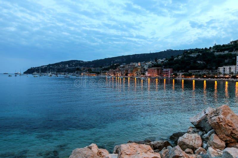 滨海自由城晚上视图在法国海滨 免版税库存图片