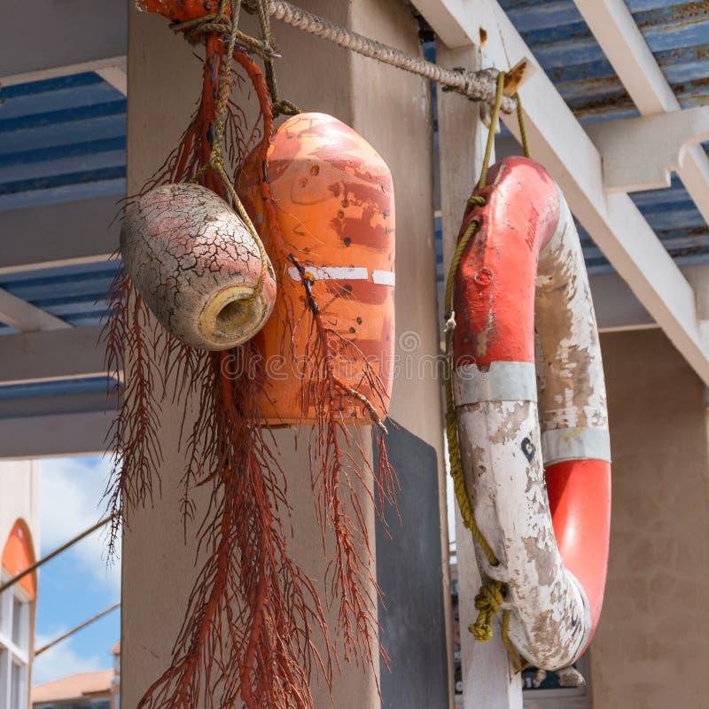 海草橙色救生圈、浮游物和片断的船舶对象装饰  免版税图库摄影
