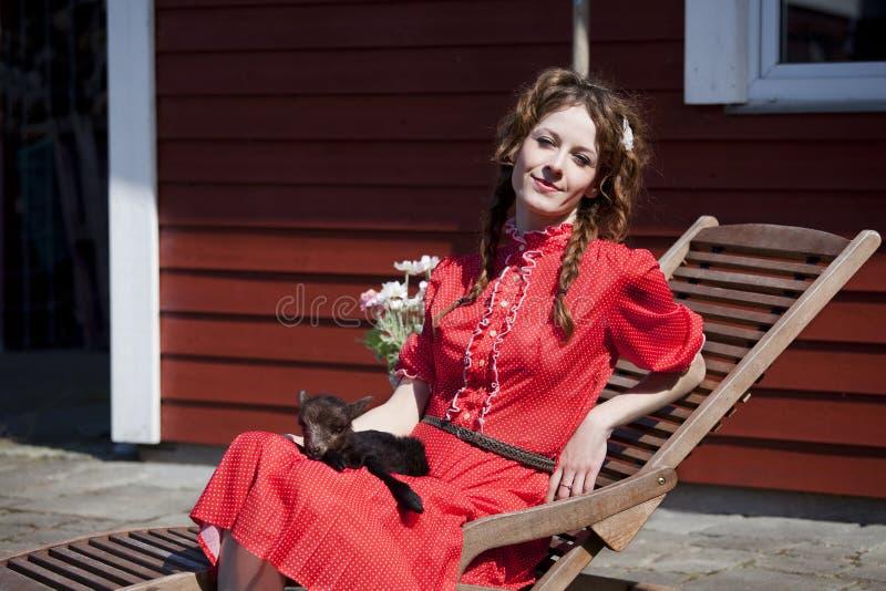海蒂在她的膝部染黑羊羔睡觉 免版税图库摄影