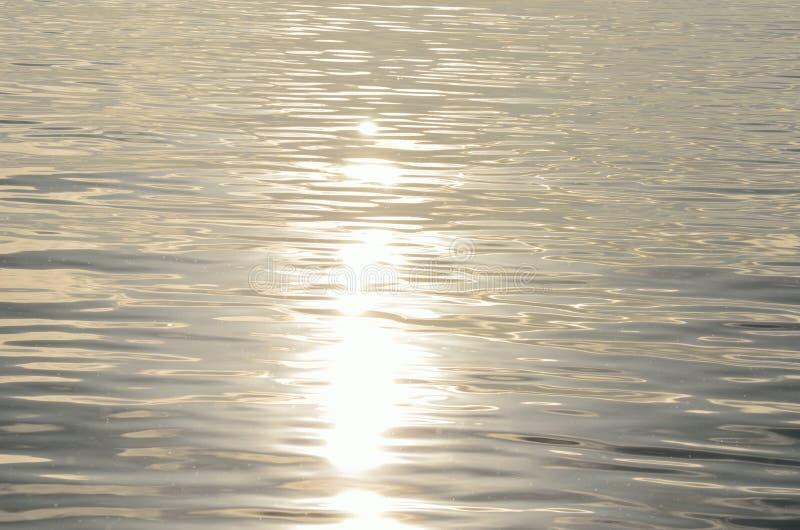 海表面上的镇静金黄阳光反射 库存照片