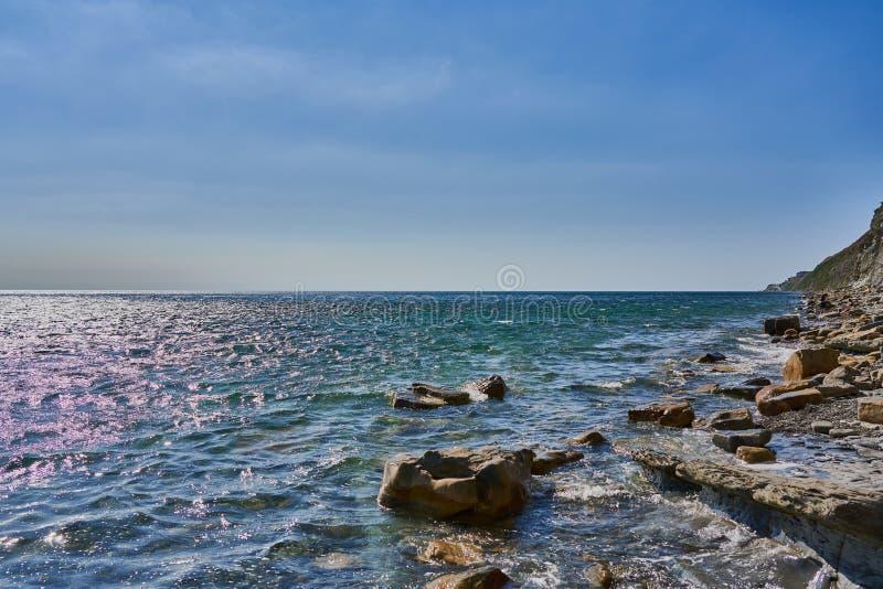 海表面的全景从海岸的在右边是岩石和石头 黑海, Supseh,阿纳帕,克拉斯诺达尔地区, R 库存图片