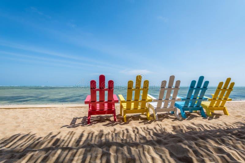 海要思考的风景地方在与五颜六色的椅子的海滩 免版税库存照片