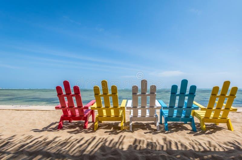 海要思考的风景地方在与五颜六色的椅子的海滩 免版税图库摄影