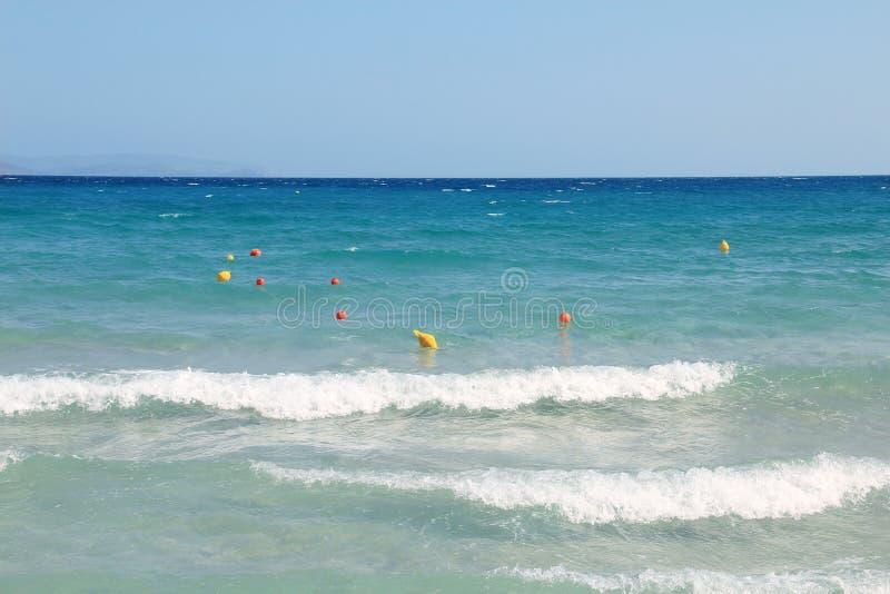 海视图假期夏日 射击,与清楚的天际的天空蔚蓝,没人的海表面关闭 美好的夏天背景为 库存照片