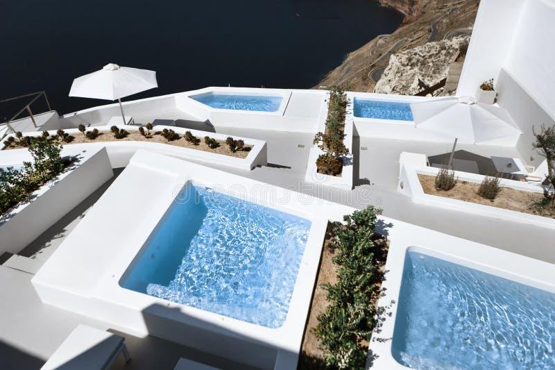 海视图大阳台和水池在豪华旅馆在圣托里尼海岛,希腊上 库存照片