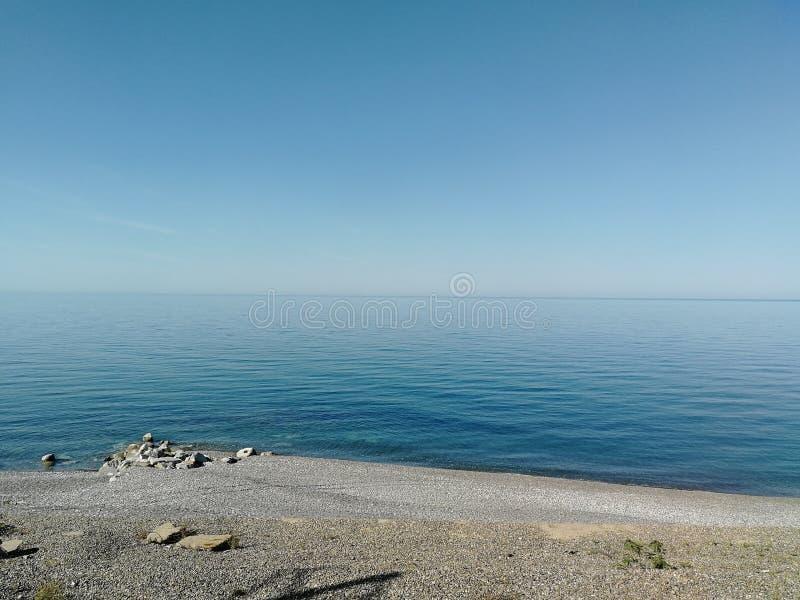 海视图用纯净的清楚的水 免版税库存图片