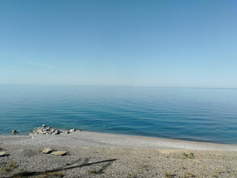 海视图用纯净的清楚的水 免版税库存照片