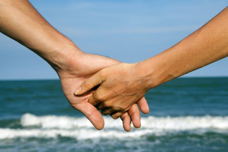 海视图的手夫妇  免版税库存照片