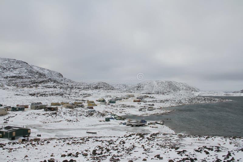 海角以山和海洋,一个北因纽特人社区为目的多西特努纳武特看法  图库摄影
