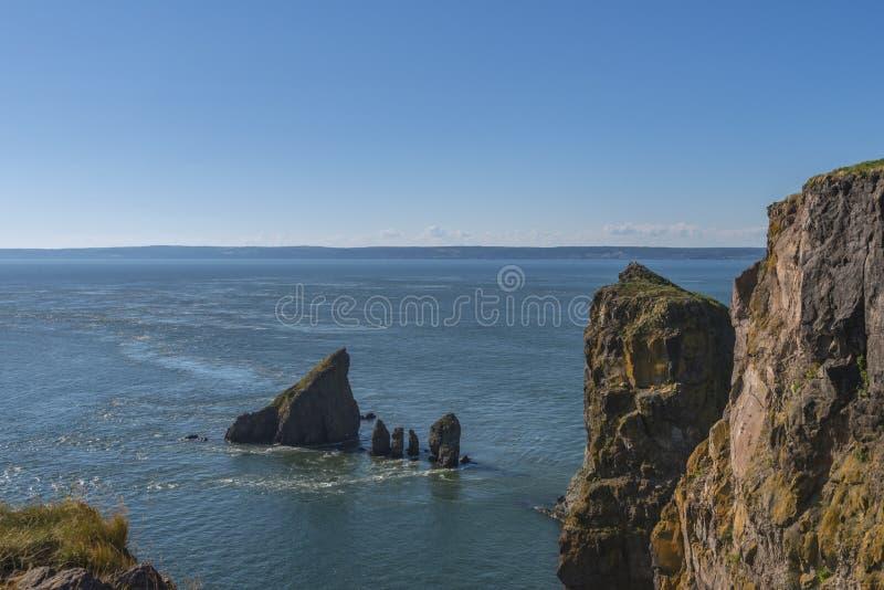海角分裂峭壁和潮流 库存照片