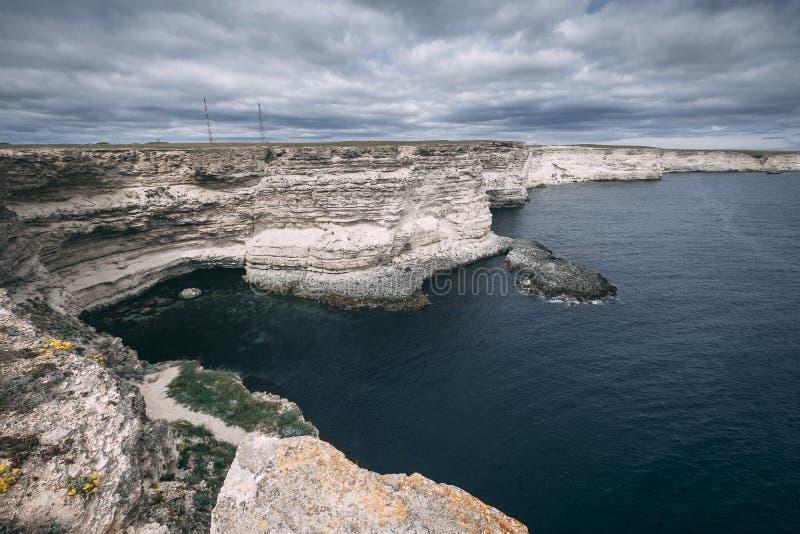 海角在岩石岸中的Fiolent海滩 库存照片