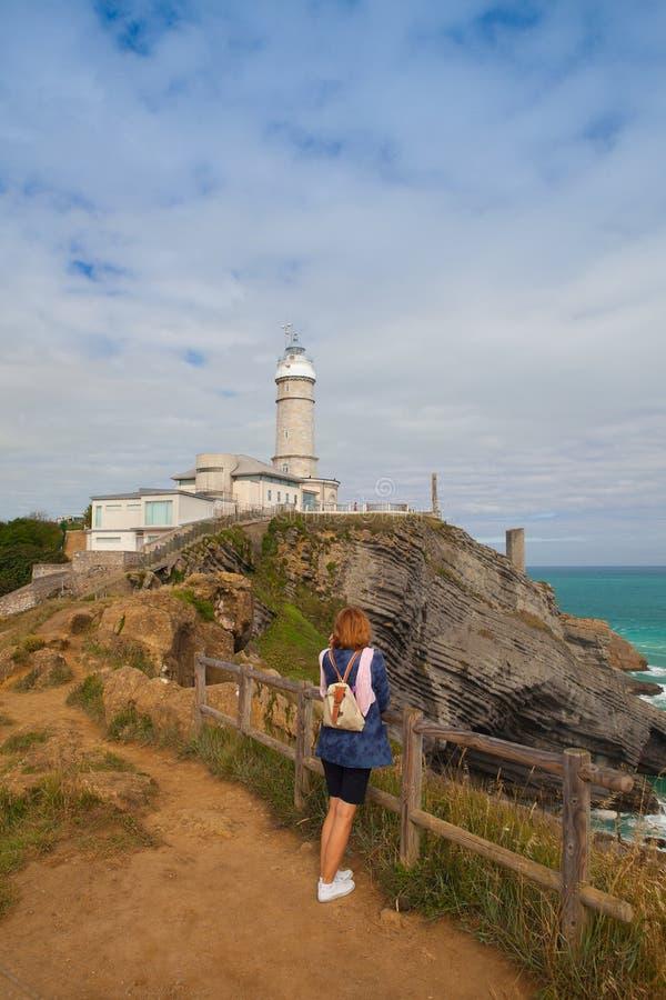 海角在海岸的市长灯塔在桑坦德,西班牙 免版税库存图片
