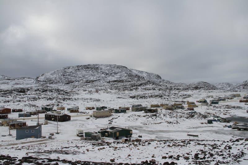 海角有雪层数的多西特努纳武特看法在地面,一个北因纽特人社区上的 免版税图库摄影