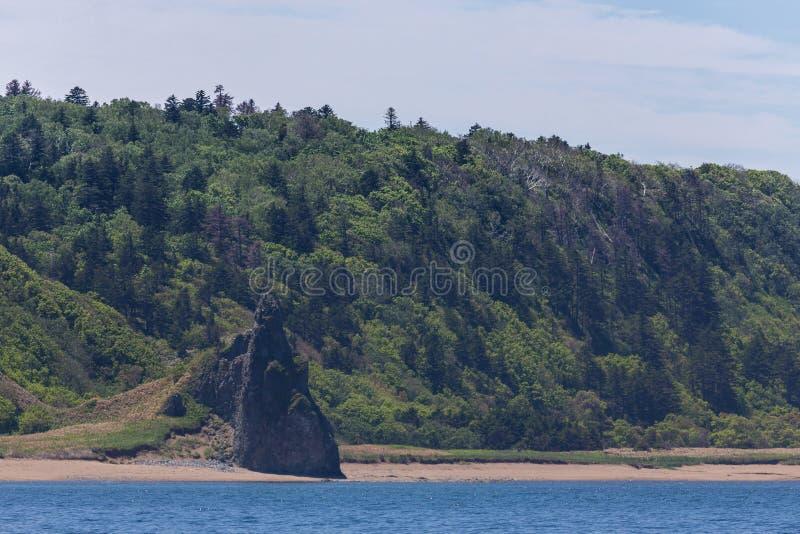 海角Stolbchaty 在Kunashi海岛的西海岸的海角  库存图片