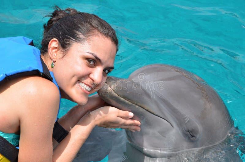 海豚亲吻少妇 库存照片