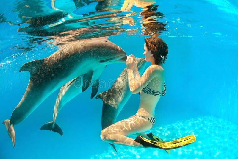海豚和女孩 免版税库存照片
